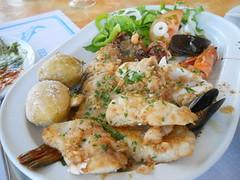 comida canaria - Parillada de pescado y marisco y papas arrugadas