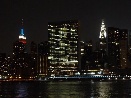 Vista nocturna de Manhattan desde el Gantry Plaza State Park
