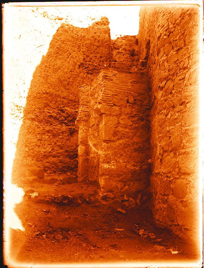 Arco hallado al descubrir el interior (en codo) de la Puerta de Alcántara en 1911. Fotografía de Pedro Román Martínez. © Fondo Rodríguez. Junta de Comunidades de Castilla-La Mancha