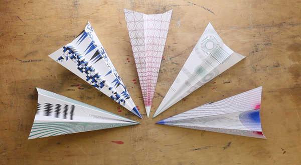 Una máquina que hace aviones de papel en segundos