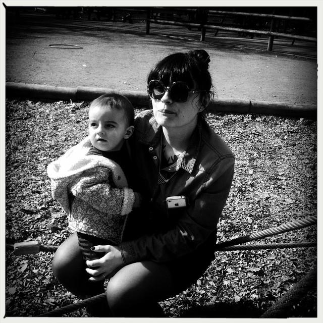 maman et bébé au parc