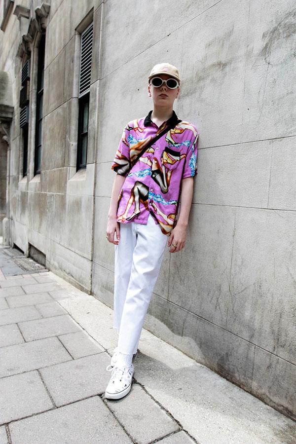 ピンク柄半袖シャツ×白パンツ×白ローカットスニーカー
