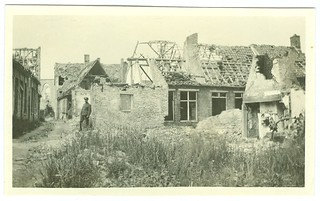 Jean Pecher in een verwoest dorp (Lo ?), november 1915 | Jean Pecher in a village in ruins (Lo ?), November 1915