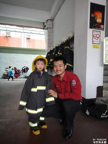 宇哥穿上消防裝