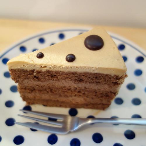 今日のおやつは、ダブルチョコレートケーキ。アーモンド風味だった。