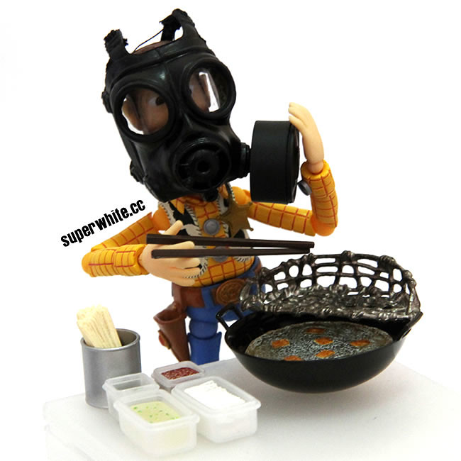 Frying stinky tofu with a gas mask, the stinkier the better. 越臭越好吃的臭豆腐