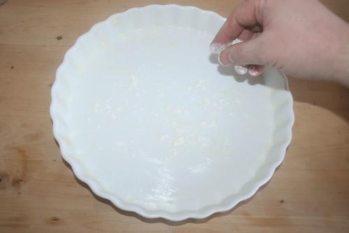 28 - Form ausfetten & mit Mehl bestäuben / Grease casserole & dredge with flour