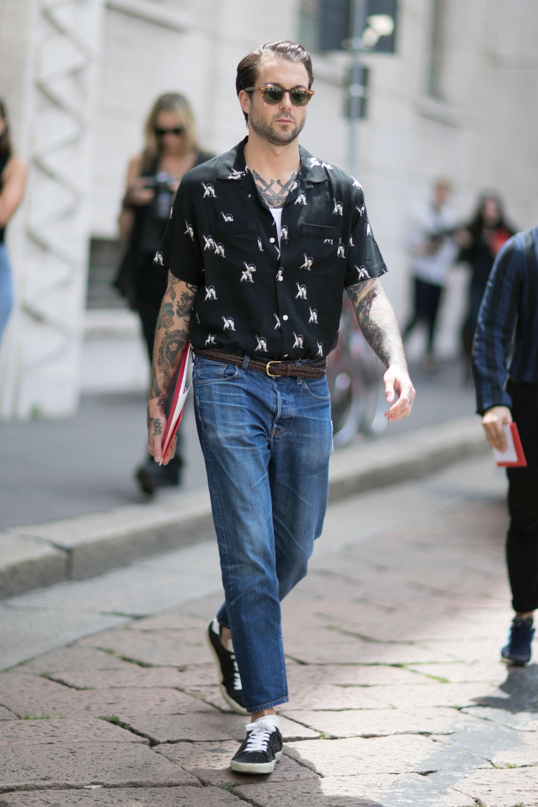 黒半袖開衿柄シャツ×デニムパンツ×黒ローカットスニーカー