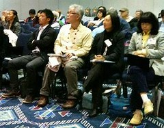 日本海嘯廢墟研討會參與者,左起環境部長Junichiro Noguchi, 宮城縣災害重建負責人Atsunori Nagayama、口譯員。(攝影:Sunny Lewis/ENS)