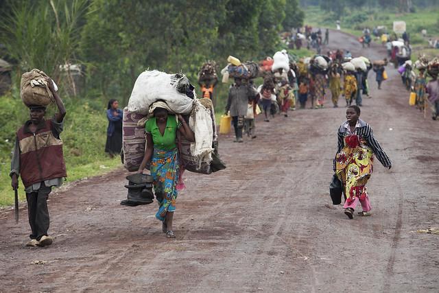Na foto em Kibati, de 27 de julho de 2012, moradores de Rutshuru fugiram de suas casas em busca de segurança na capital da província, Goma. Crédito: ONU/Sylvain Liechti.