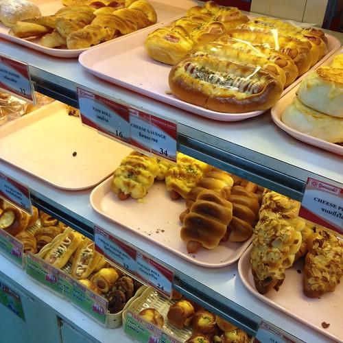 BTSサラデーン駅のパン屋 by haruhiko_iyota