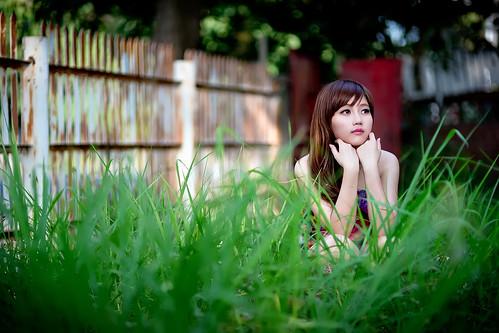 [フリー画像素材] 人物, 女性 - アジア, 頬杖, 台湾人, 人物 - 草原 ID:201304022200