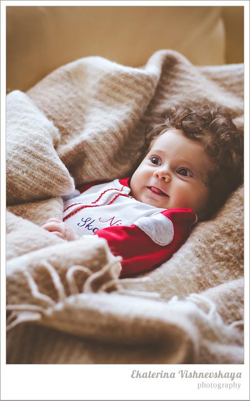 фотограф Екатерина Вишневская, хороший детский фотограф, семейный фотограф, домашняя съемка, студийная фотосессия, детская съемка, малыш, ребенок, съемка детей, кудри, кудряшки, показывать язык, нежность, фотограф москва