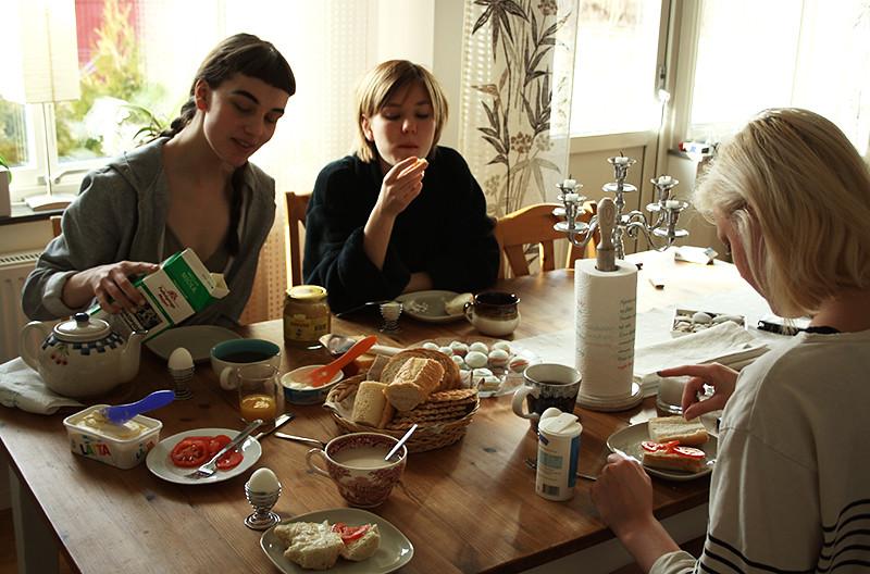 tre snygga brudar äter frukost