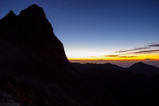 浅間山や日光の山々辺りから朝焼けが始まっている