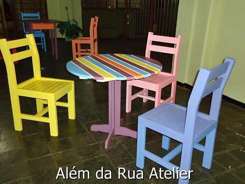 mesa e cadeiras pintadas à mão
