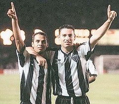 Ao lado de Marques, Guilherme comemora com dupla que marcou época no fim da década de 90.