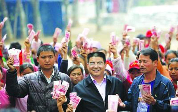 Chen Guangbiao giving away money, but also making sure the media captures it