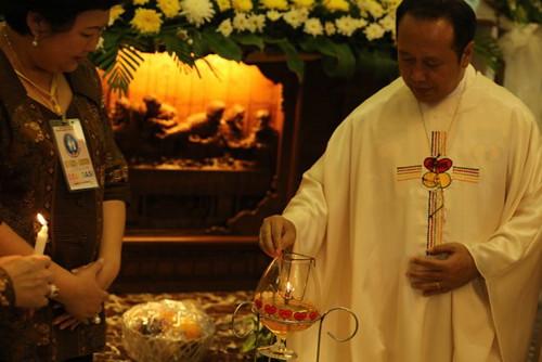 Penyalaan lentera Sidang Denas ME Indonesia XXXIX oleh Kornas Pasutri Endang-Agung dan Pastor Budi Hermanto, Pr.,