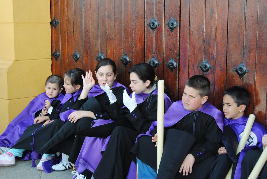 Cansados, pero felices. Los más jóvenes viven la penitencia como un rito de iniciación a la vida y la amistad. FOTO: ÁNGEL MEDINA LAÍN