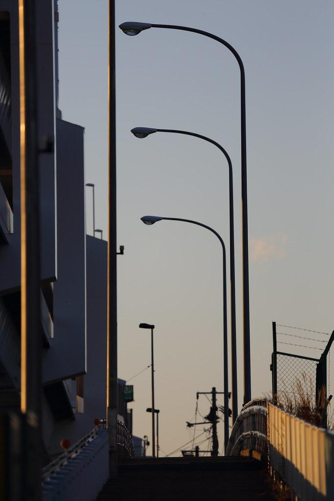 歩道の街灯 歩道の街灯 川崎市の陸地と浮島を結ぶ一本道、浮島橋の歩道を撮影した写真。夕暮れ時の空