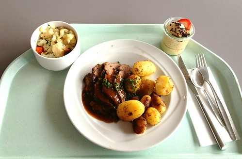 Rinderlende mit Kräuterjus & Bratkartoffeln / Beef loin with herbal jus & fried potatoes