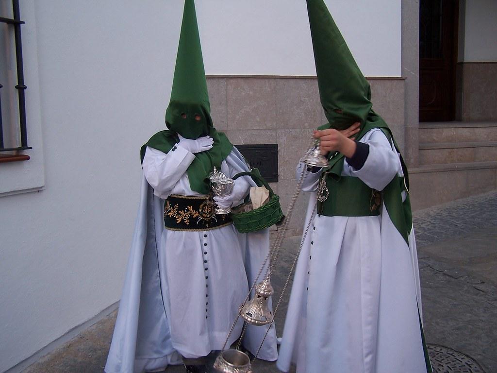 El capirote verde y la túnica blanca distingue la indumentaria de Los Blancos. El cordón y los botones son verdes, e incorporan una borla de color amarillo. FOTO: ÁNGEL MEDINA LAÍN