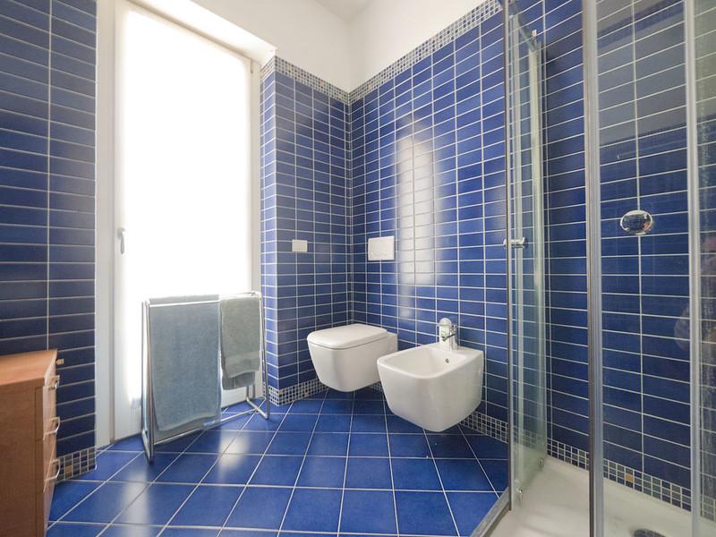 Mammeonline u leggi argomento bagni rush finale specchi - Bagno blu e bianco ...