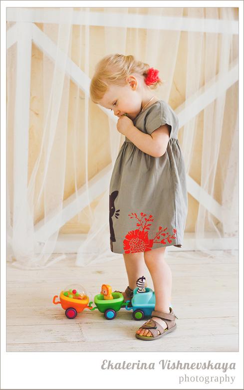 фотограф Екатерина Вишневская, хороший детский фотограф, семейный фотограф, домашняя съемка, студийная фотосессия, детская съемка, малыш, ребенок, съемка детей, фотография ребёнка, девочка, красота, милый ребёнок, счастье, игра, игрушка, платье, радость, фотограф москва