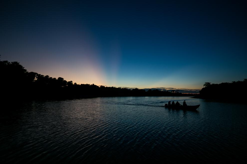 Nuestra segunda visita al Pantanal Paraguayo, esta vez río arriba desde Concepción hasta Bahía Negra. Un magnífico atardecer desde la orilla de 3 Gigantes mientras uno de los últimos grupos volvía de su recorrido. (Tetsu Espósito)