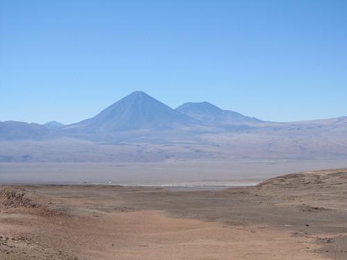 Le désert d'Atacama: le volcan Licancabur et son acolyte vus depuis la Vallée de la Mort