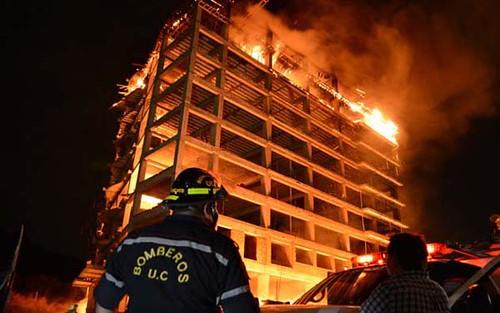 Incendio en edificio en construcción en Mañonga.