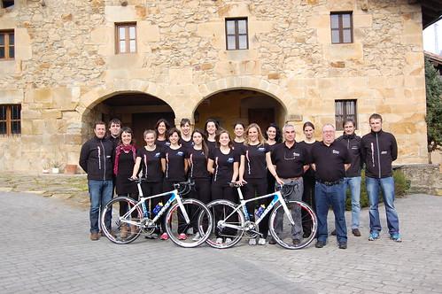 Sorteo de unas ruedas Campagnolo-Bora ayudando a las chicas del Bizkaia-Durango
