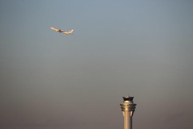 夕暮れ時の離陸機