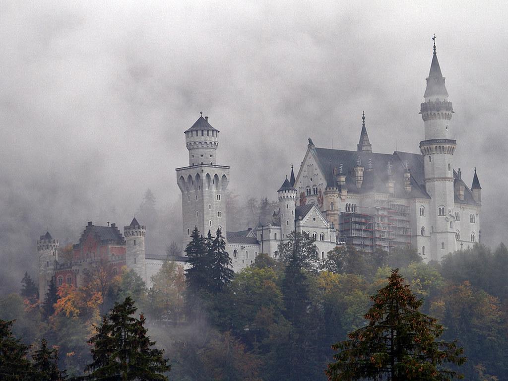 Neuschwanstein castle through mist (Germany) [1024x768]