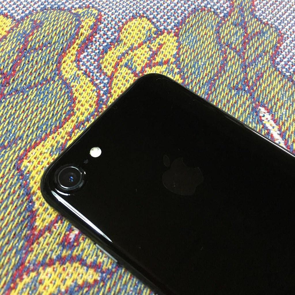 ジェットブラック、言うほど指紋ベタベタにはならないです。昔の鏡面仕上げに比べたらそうでもない。私はもともと手が乾いているタイプだし。 #jetblack #iphone7