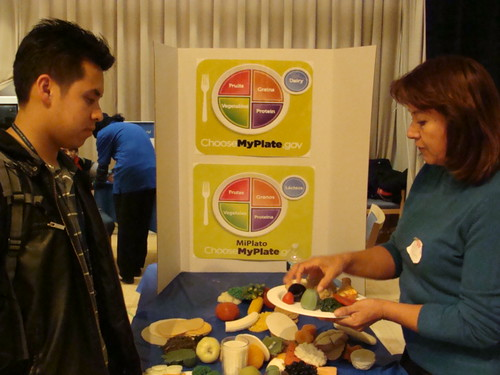 La Clínica del Pueblo shares information on balanced meals utilizing MyPlate/MiPlato.