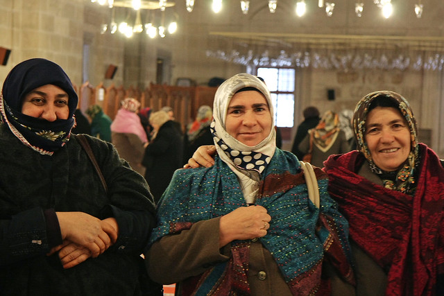Women in Üç Şerefeli Mosque, Edirne, Turkey エディルネ、ユチュ・シェレフェリ・モスクで出会った女性達