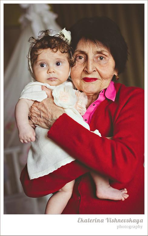 фотограф Екатерина Вишневская, хороший детский фотограф, семейный фотограф, домашняя съемка, студийная фотосессия, детская съемка, малыш, ребенок, съемка детей, кудри, кудряшки, бабушка с внучкой, нежность, ребёнок на руках, красивый портрет, брошь, красный, фотограф москва
