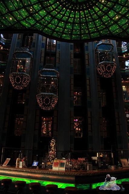 die gläsernen Fahrstühle im Atrium 11 Stockwerke hoch