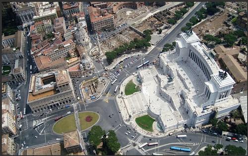 ROMA ARCHEOLOGIA: Piazza Venezia - Tra la fine del 1800 e l'inizio del 1900, a seguito della realizzazione del monumento a Vittorio Emanuele II & Piazza Venezia (2009-13), in: METRO C scpa (2011) &  Pietro Strorti - Trivioquadrivio (2013).