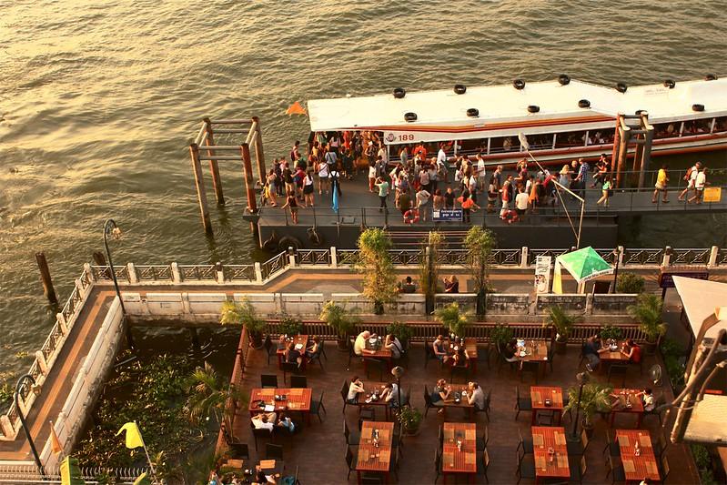 Bootstop Phra Athit, gezien vanaf het Navalai hotel