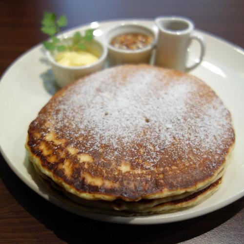 今日のおやつ。パンケーキ(バタークリーム,ナッツの蜂蜜漬,メープルシロップ)。
