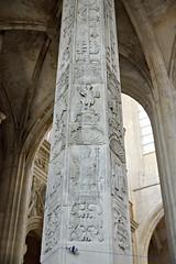 Colonne décorée par une chapelle