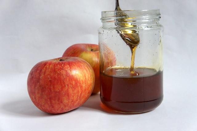 Geriebener Apfel mit Honig