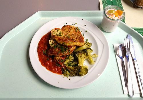 Zucchinipuffer mit Tomaten & Broccoli / Zucchini pancakes with tomatoes & broccoli