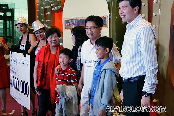 Cheque presentation to Mr Peh and his family