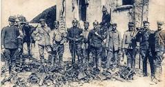 Anonyme 14 - Bataille de la Marne et de L'Ourcq :Neufmontier-les-Meaux (France) devant l'église , bléssés Allemands avec des Dragons et deux Chasseurs Français du 5eme Chasseur de Châlon sur Marne(Corps Sordet), butin de combat- 8 septembre 1914