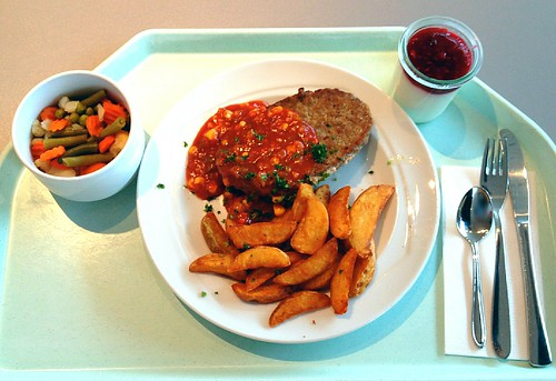 "Rinderhacksteak ""Mexico"" mit Gemüsesalsa & Country potatoes / Ground beef steak ""Mexico"" with vegetable salsa & country potatoes"