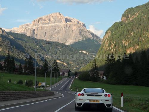 ドロミーティ山群の間を進むフェラーリ